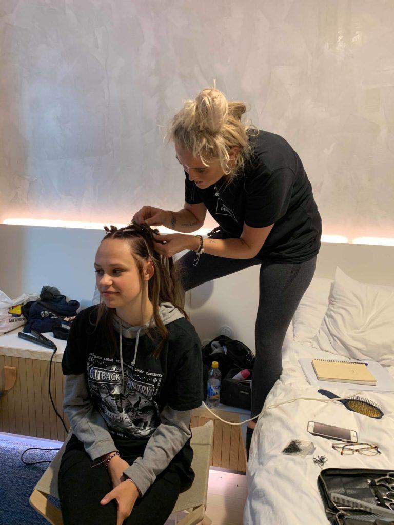 Förbereder modellen på hotellrummet